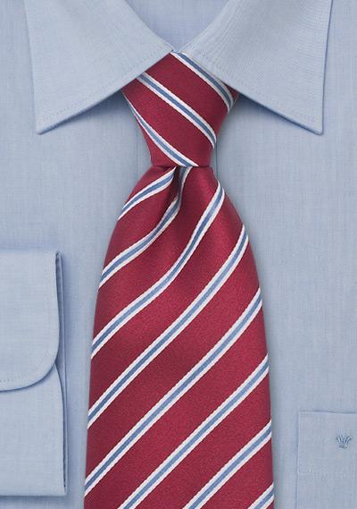 abbinamento camicia-cravatta con giacca blu, effetto formale